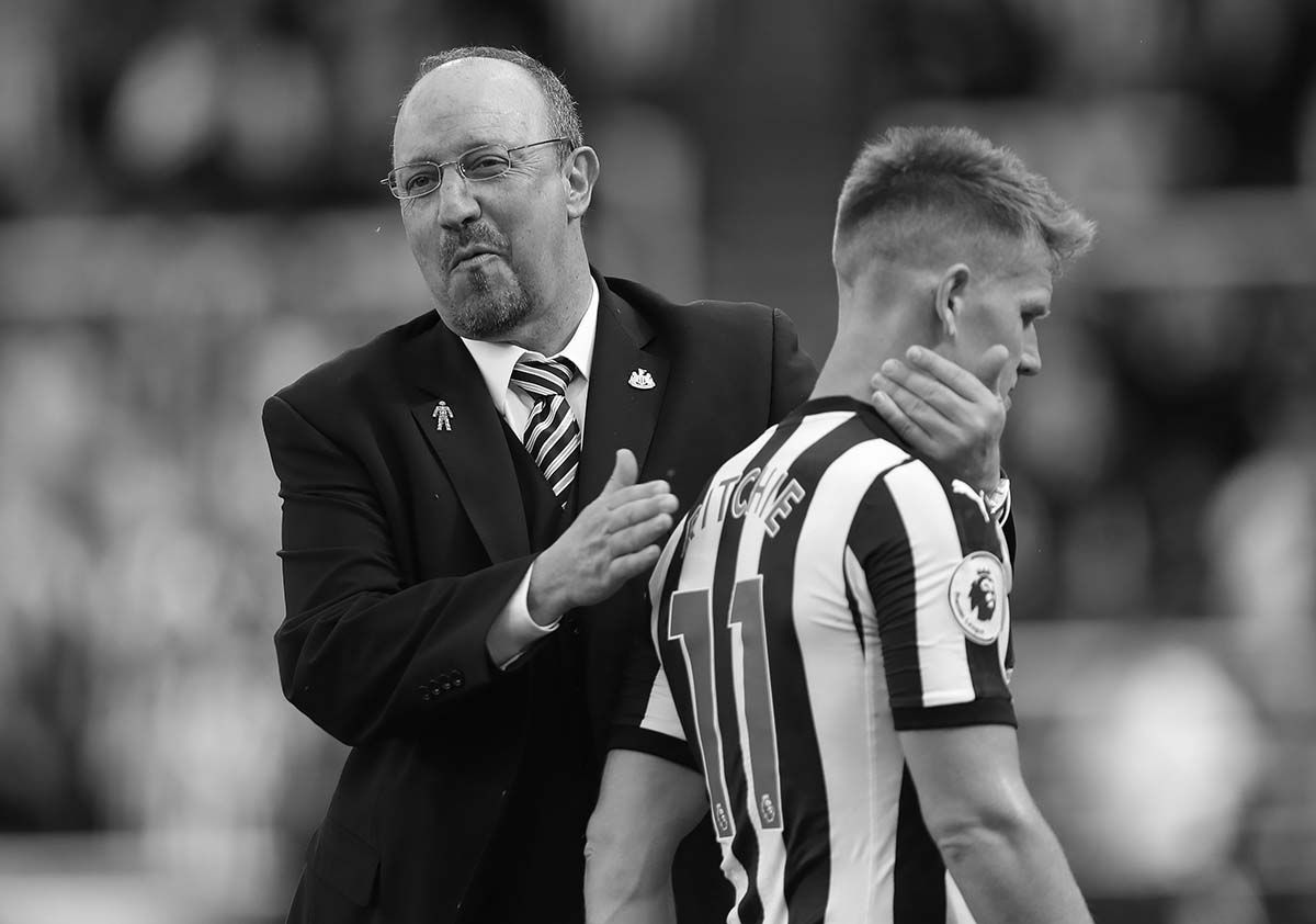 Rafa Benitez congratulates Matt Ritchie on the St. James' Park surface following a Premier League match.