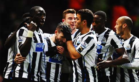 Newcastle United celebrate Yohan Cabaye' second goal against West Ham