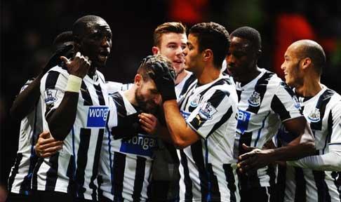 Newcastle United celebrate Yohan Cabaye' second goal against West Ham