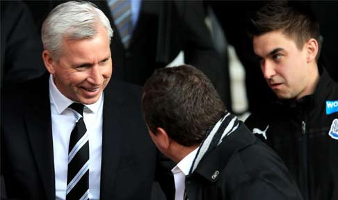 Alan Pardew shakes hands with NUFC owner Mike Ashley ahead of their tie with Southampton