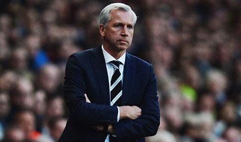 Alan Pardew looks on during Newcastle's Premier League encounter