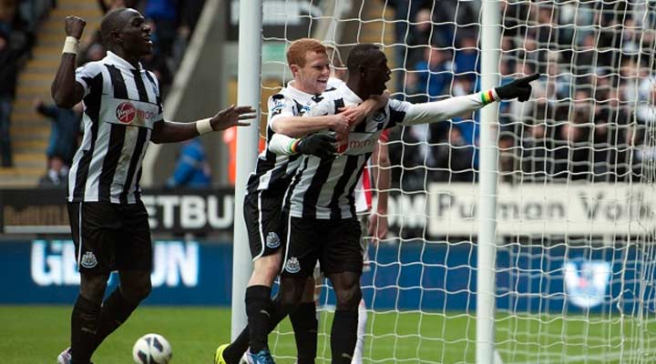 Adam Campbell celebrates with Papiss Cissé after scoring a late winner against Fulham