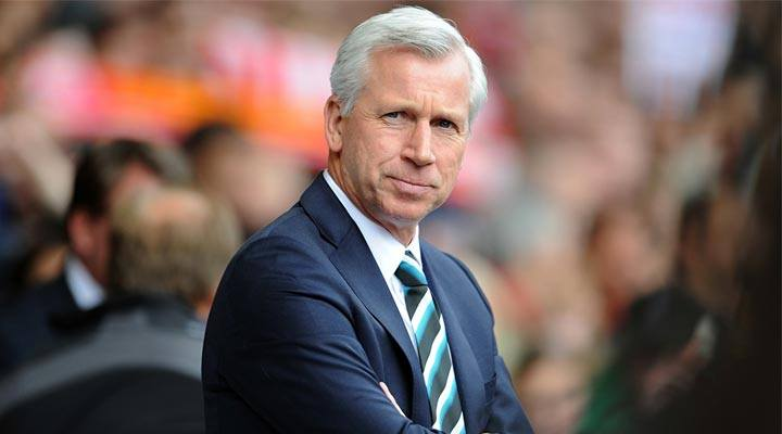 Alan Pardew watches on from the Newcastle United sideline